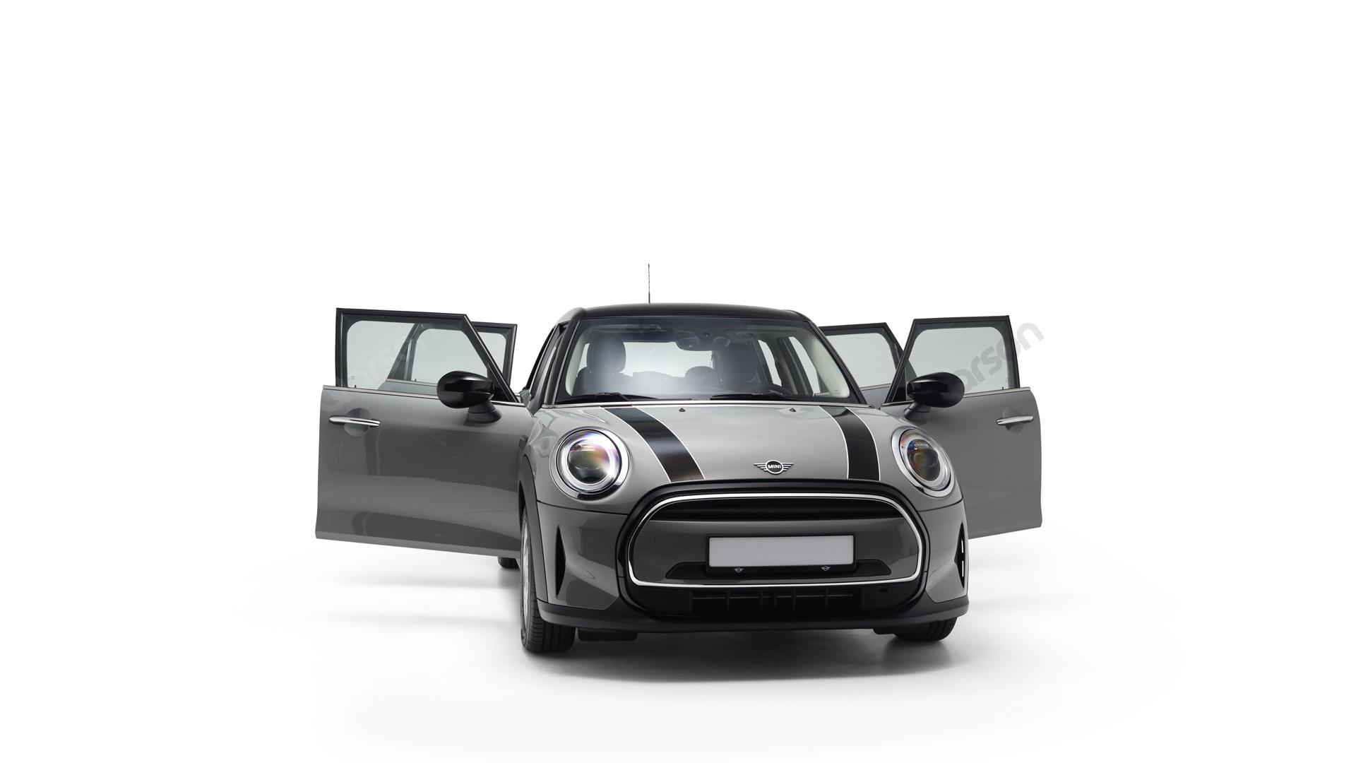 MINI MINI 5D Widok prawego przedniego boku auta z otwartymi drzwiami pod kątem 350 stopni